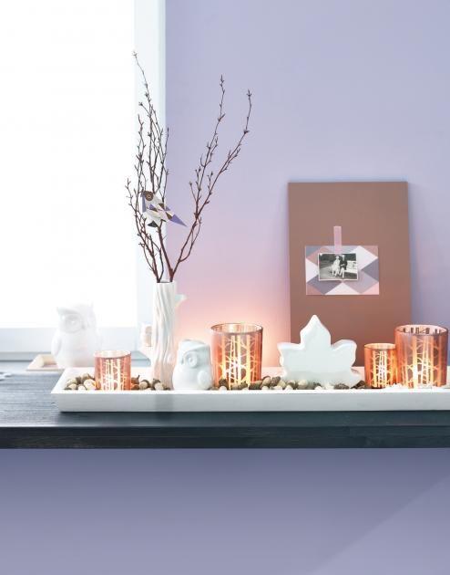 ▷ Dekoideen für das Fenster - Vasen, Windlicher und Stoffe: Herbstliche Fensterbank mit Teelichtern und Vase - [LIVING AT HOME]