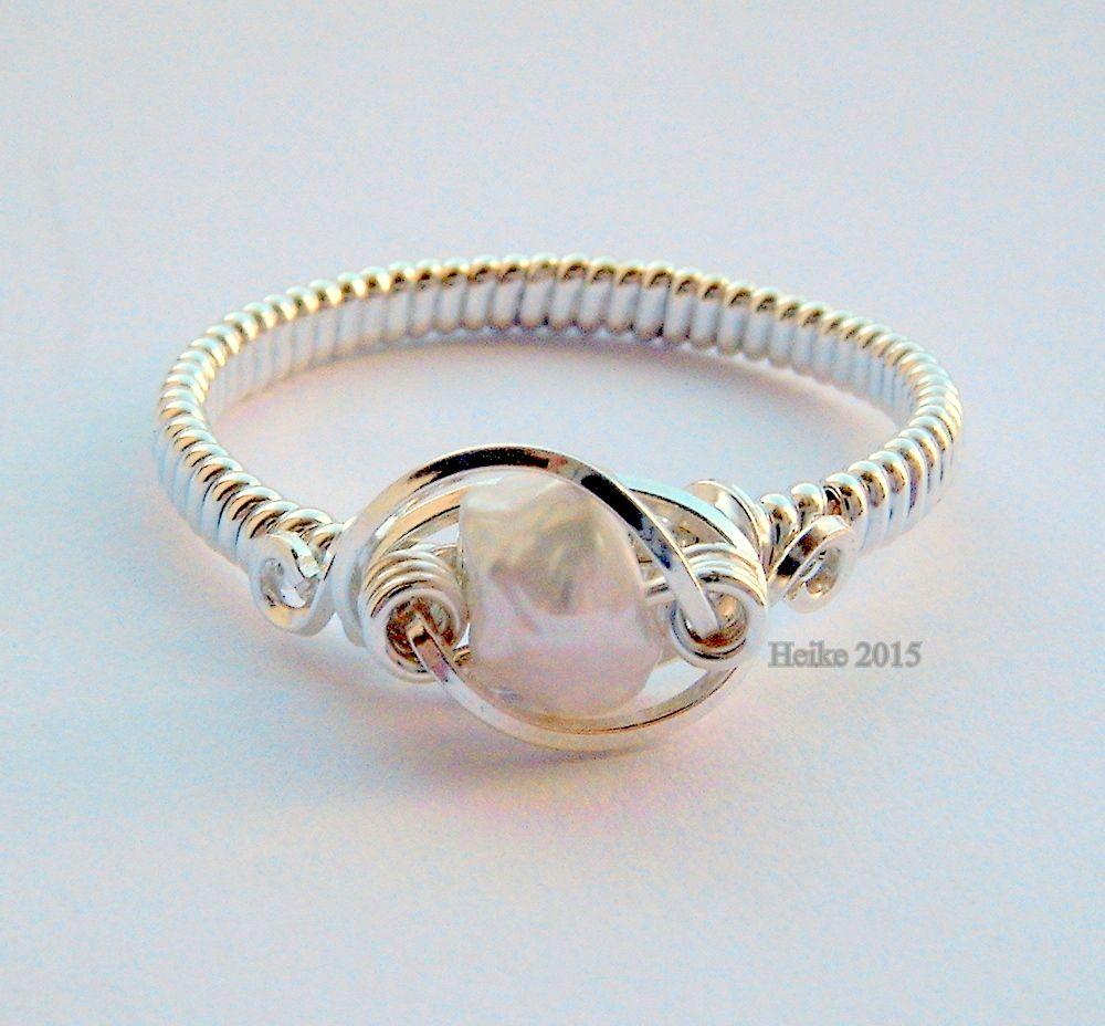 Free-form Orbit Pearl Ring | JewelryLessons.com | Anéis De Pedra ...