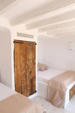 Dormitorio r stico y m nimo al tiempo armario de madera reciclada camas de obra interiorismo - Camas de obra ...