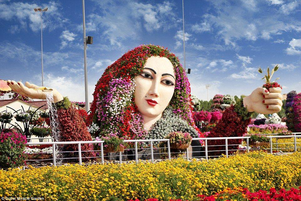 No hay límite a la imaginación entrado en el diseño de los jardines, que incluyen flores de streaming como el pelo de un humano gigante