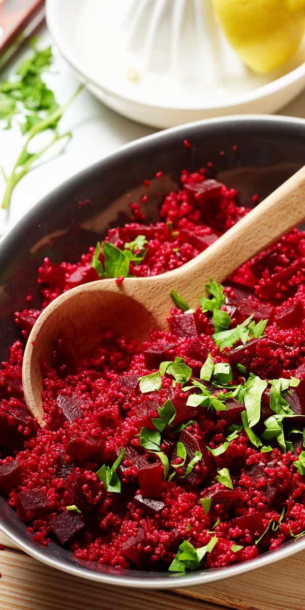 Ein vegetarisches Weihnachts- Highlight: Der würzige Rote-Bete-Couscous-Salat. Probiere ihn aus und überzeuge dich von dem Roten Wunder.