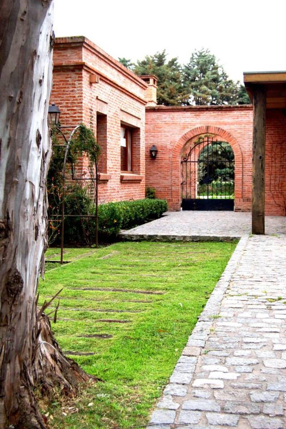 Una obra de arte de ladrillo en pilar 360 casas y for Fachadas de ladrillo rustico