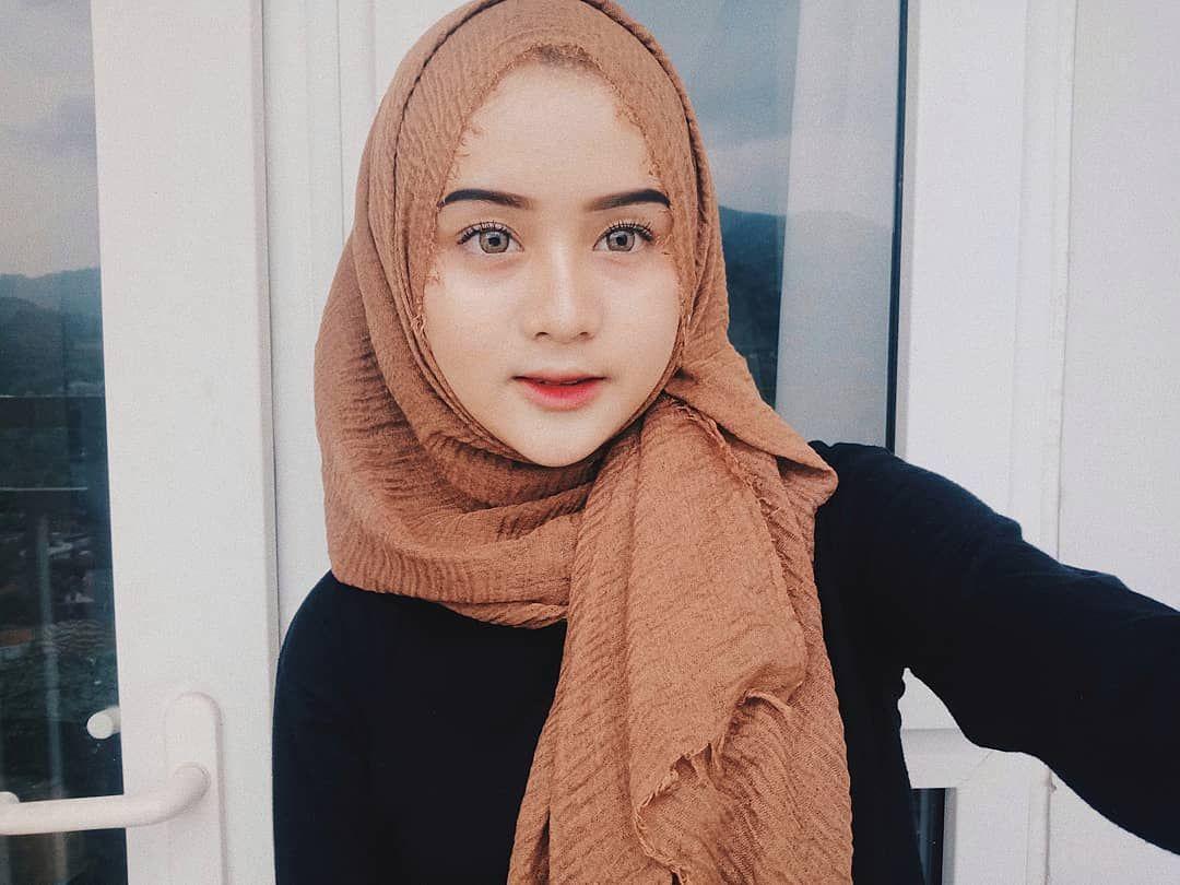 Gambar Mungkin Berisi 1 Orang Dekat Dengan Gambar Gaya Hijab