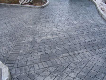 Combinación de moldes y disimulación de juntas en pavimento de hormigón estampado ankare zaline con adoquín recto y cenefas
