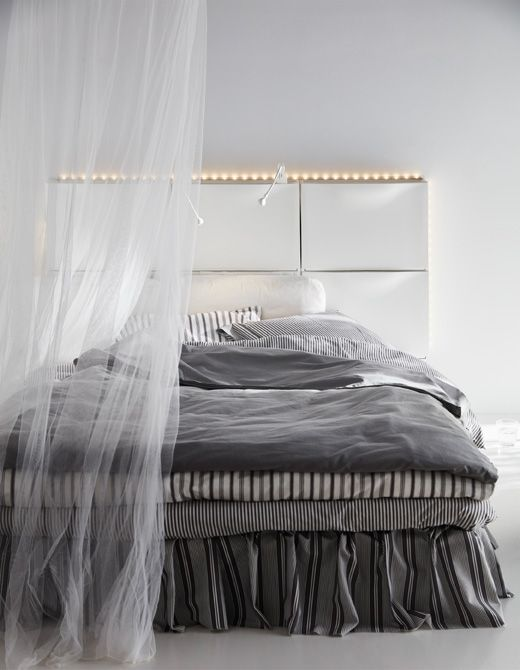 sechs ikea trones aufbewahrungen in wei ergeben ein kopfteil f r ein bett plus led lichtleiste. Black Bedroom Furniture Sets. Home Design Ideas