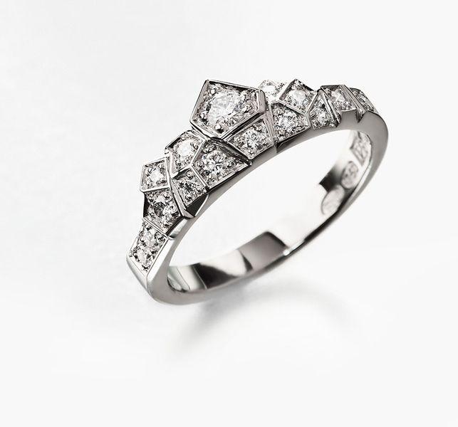 Kruunu-sormus on muotokieleltään täysin originelli. Eri suuntiin kallistuvat tasot luovat uskomattoman tyylikkään kokonaisuuden. Tämä sormus on joka kulmasta tarkasteltuna Korus Designia parhaimmillaan.