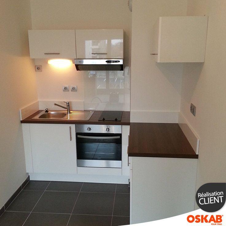 Cuisine studio blanche en l plan de travail en bois noyer r glette lumineus - Amenagement cuisine espace reduit ...