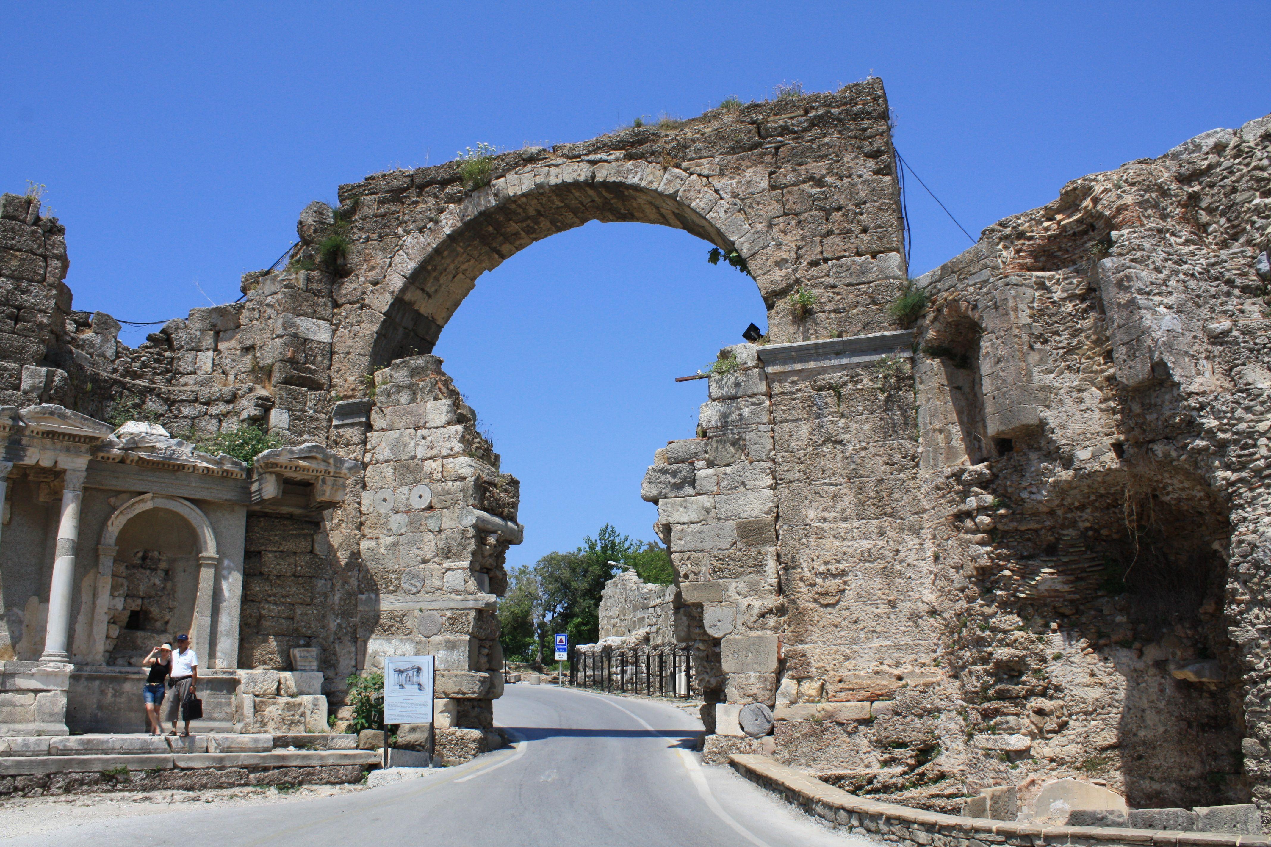 Side, Türkei, Vespasian-Tor, Juni 2015