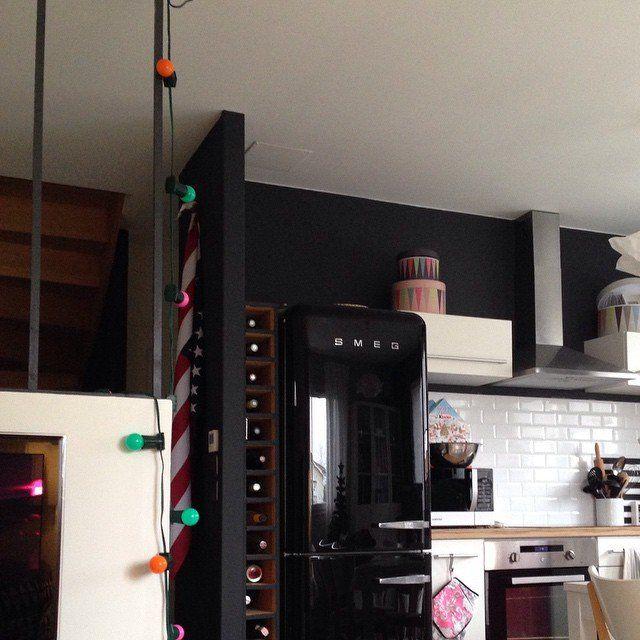Des murs noirs dans la cuisine, decoration cuisine, frigo smeg ...