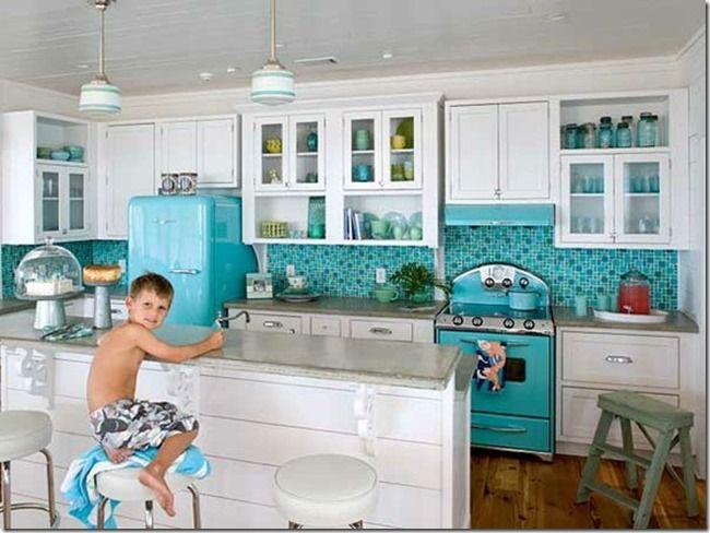 Azulejos color aguamarina con muebles y encimeras blancos ...
