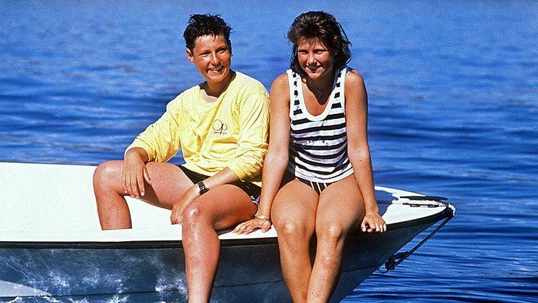 Prinz Haakon mit seiner Schwester Märtha Louise im Sommerurlaub 1988 auf einem Boot.  © dpa - Bildarchiv