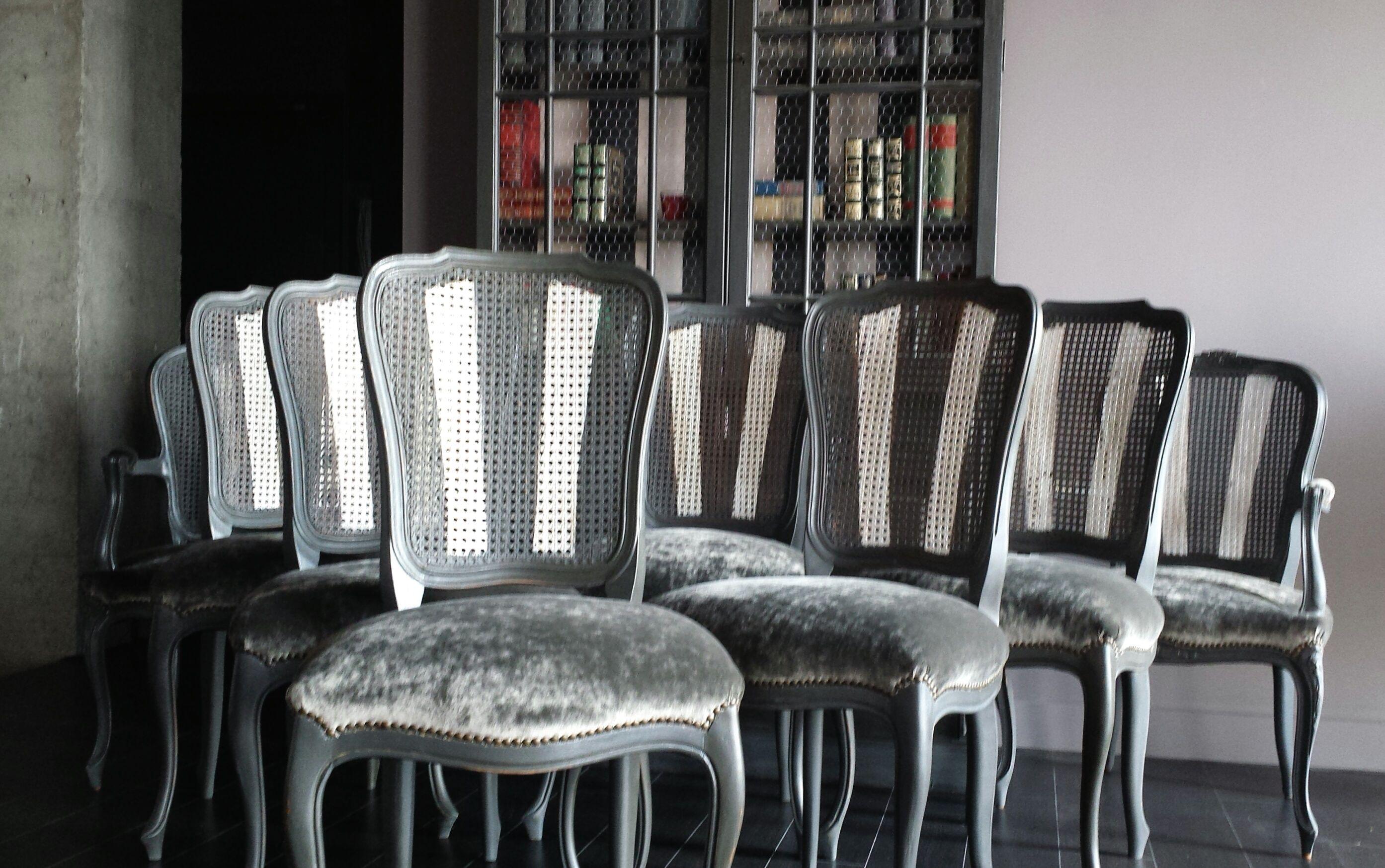 Juego de sillas pata curva decapadas en gris envejecido for Sillas de comedor tapizadas en gris