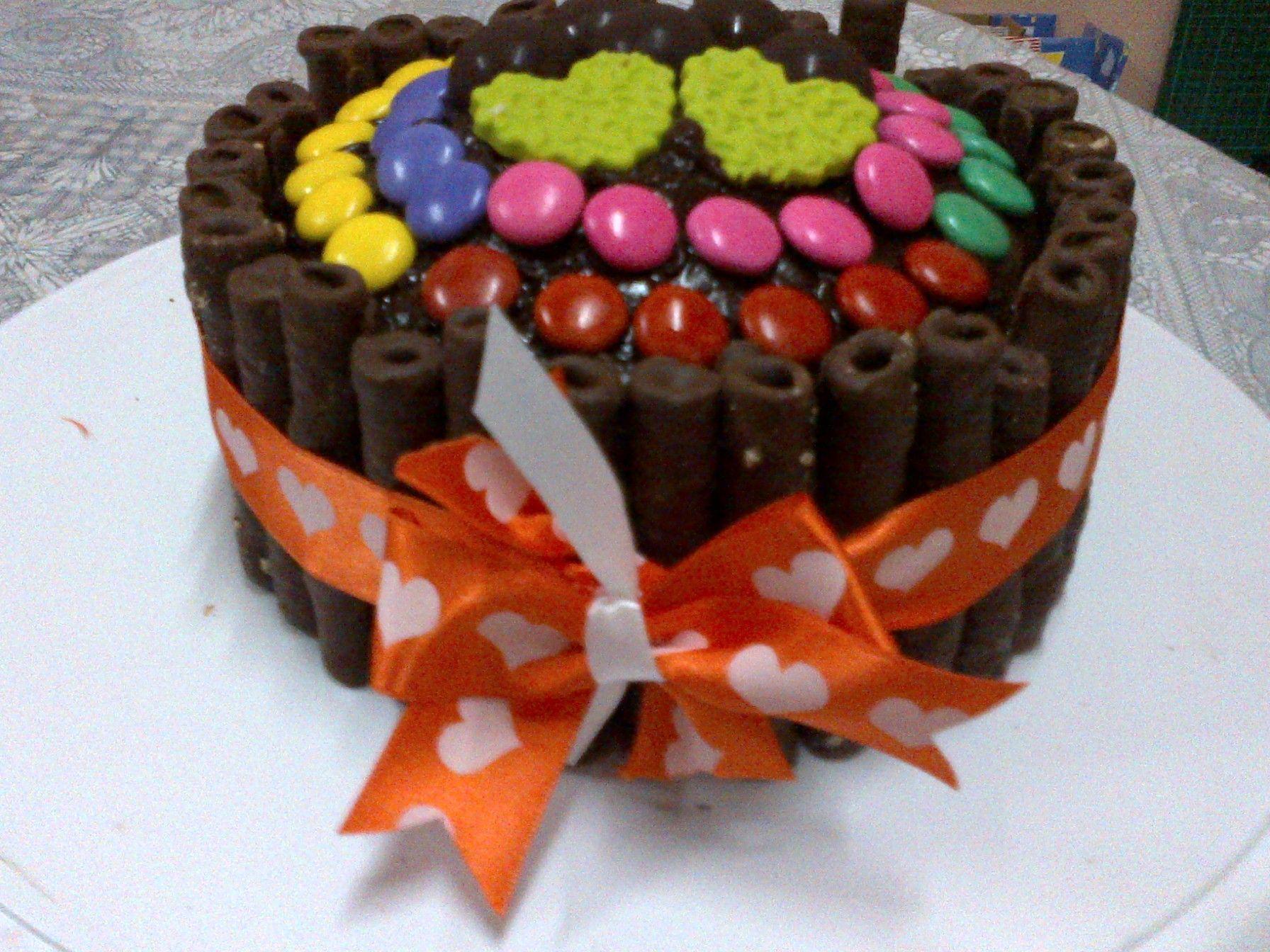 Torta de chocolate decorada con confites | tortas fantasía