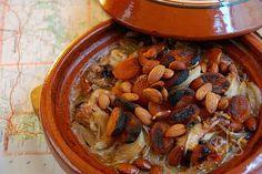 Recette de Tajine au four poulet, abricot et amande - Ingrédients : 6 cuisses de poulet, 2 oignons, 1 gousse d'ail, 150g d'abricots secs, 50g d'amandes...