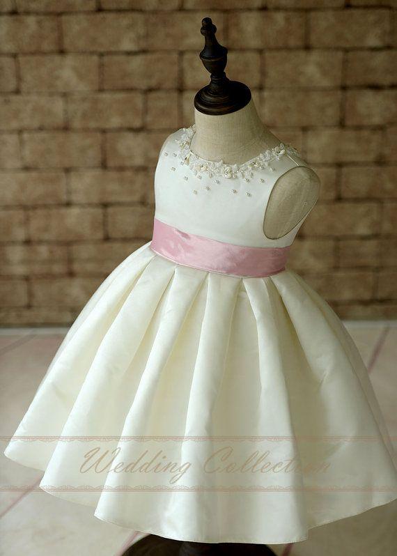 669eb9071 Vestido de niña flor de Satén marfil con por Weddingcollection ...