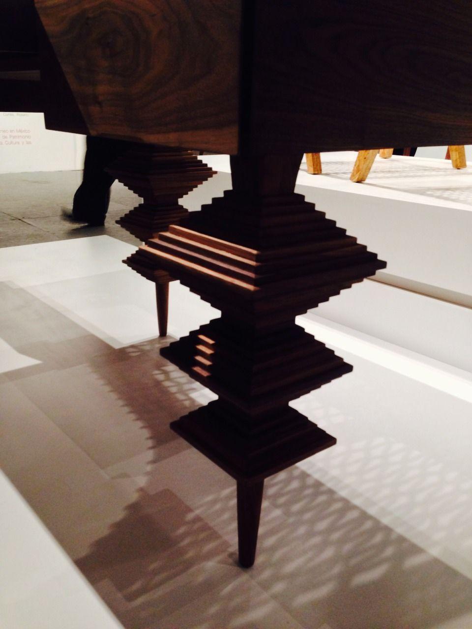 Escritorio Pyramid por Alexander Díaz Andersson  Madera sólida de nogal y laca.