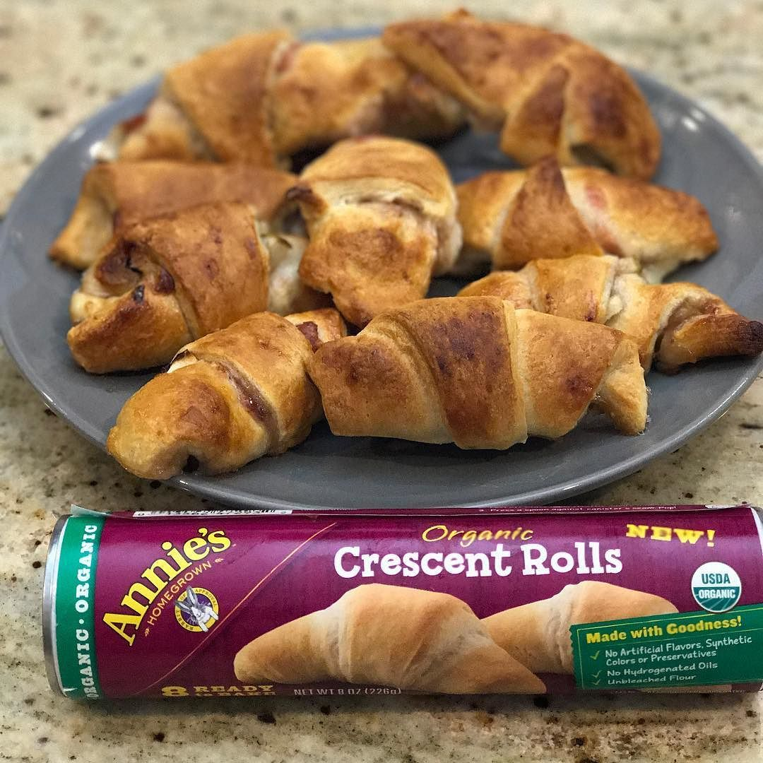 One of my favorite brands @annieshomegrown has just come out with a whole bunch of new products. The best part is that they are all #organic and will make your holiday baking so much easier. Today I am sharing with you a super easy appetizer made with the #annies organic crescent rolls Brie jam and a pear. Do you want to win a year's worth of organic baking products from Annie's? Visit their #instagram to see all the rules and regulations. Post your best recipe with the #BunnyBakeOff and…