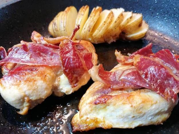 Pechugas de pollo al horno con patata en abanico y jamón