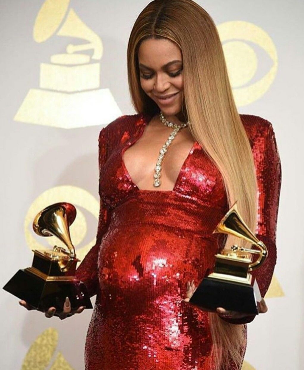 Beyonce At The 59th Annual Grammy Awards Here She Is Holding Grammys For Best Music Video 2017 Formation Best Urban Cont Beyonce Beyonce Pregnant Celebs