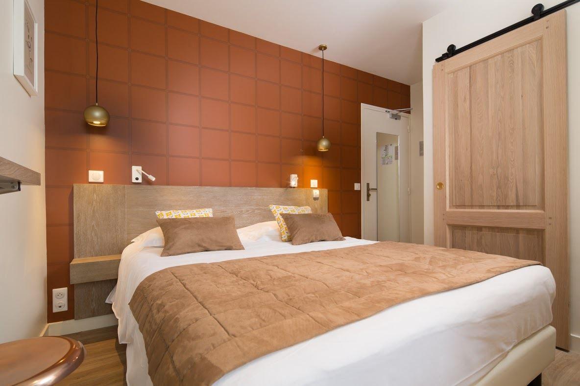 Una mansarda colorata in un hotel francese