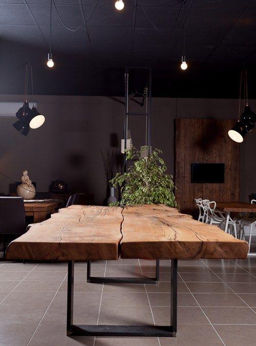 Tavolo di design in legno massello e artigianale