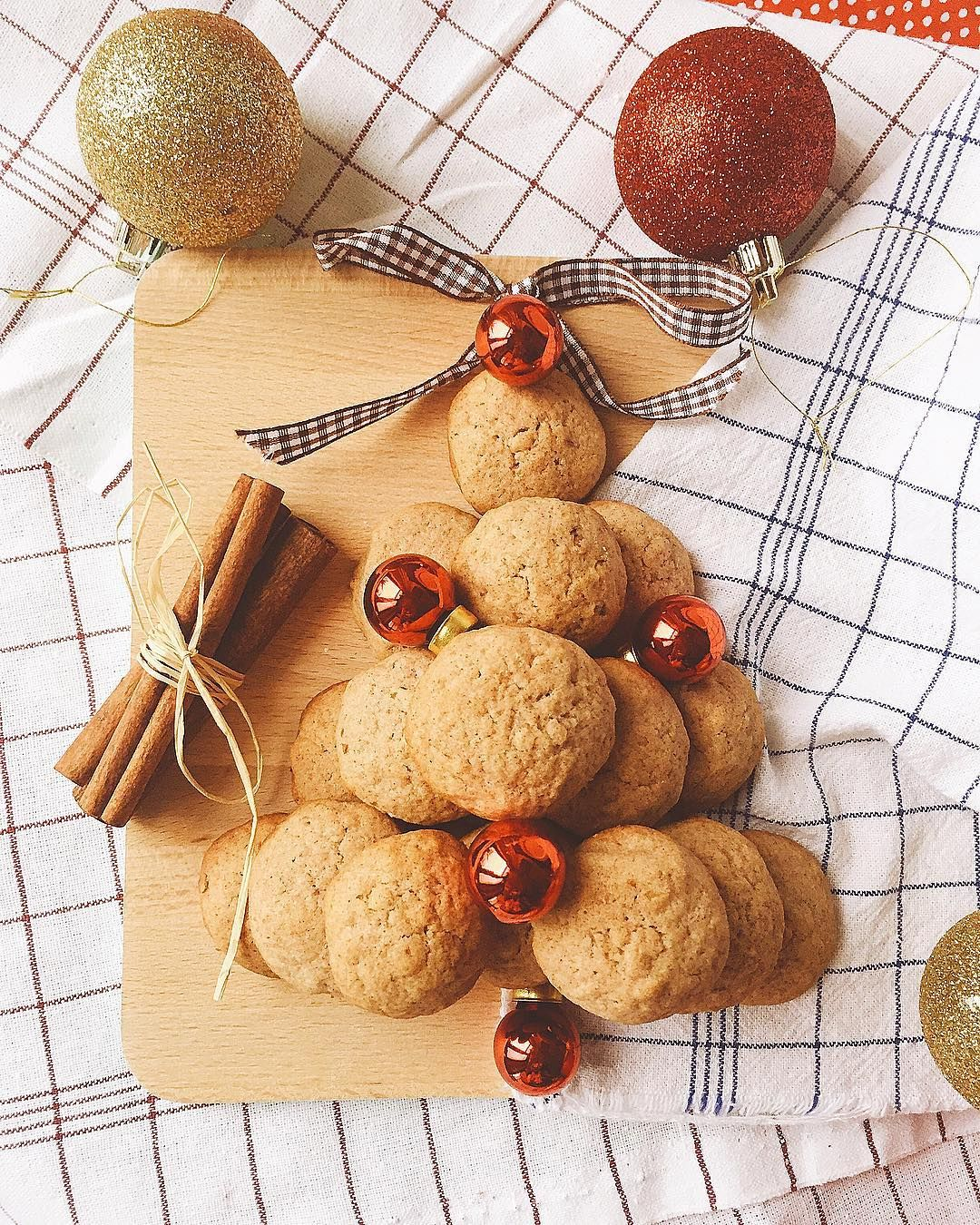 "Tanya Gardzheva on Instagram: ""Елхата от коледни орехови сладки е готова 🎄🍪👌😋#itsthemostwonderfultimeoftheyear #christmas #christmasiscoming #christmasbakes #walnuts…"""