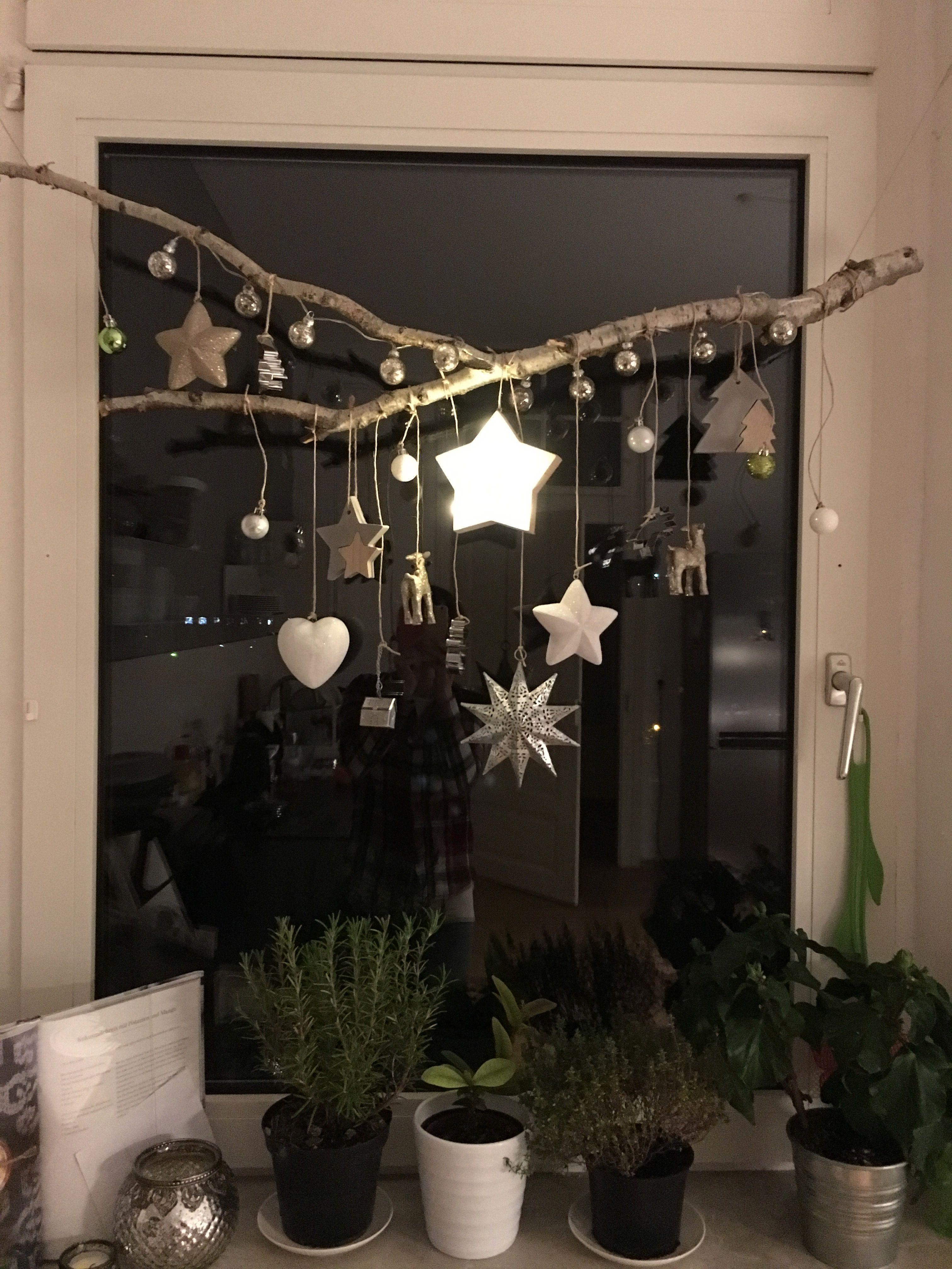 Kreativ gestalten: Schnapp dir einen schönen Birken-Ast und häng alles mögliche ran, was dir gefällt: von Sternen über Kugeln und Lichtern bis hin zu Plätzchenausstechern und schon hast du einen Hingucker für dein Fenster! #weihnachtsdekodiyfenster
