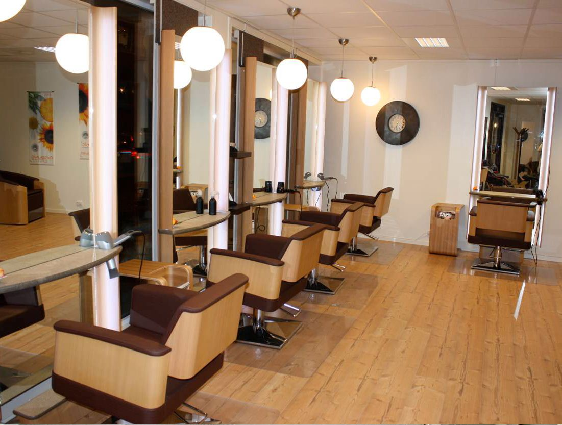 Amenagement De Salon Ambiance Natural Fauteuil De Coiffeur Miroir Coiffeur Miroir Coiffeuse Salon Ambiance