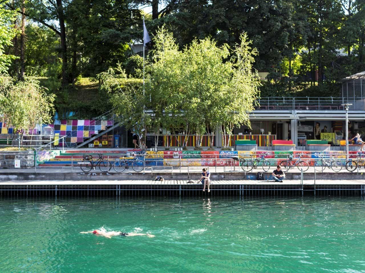 Flussbad oberer letten nager dans la limmat en pleine for Piscine zurich