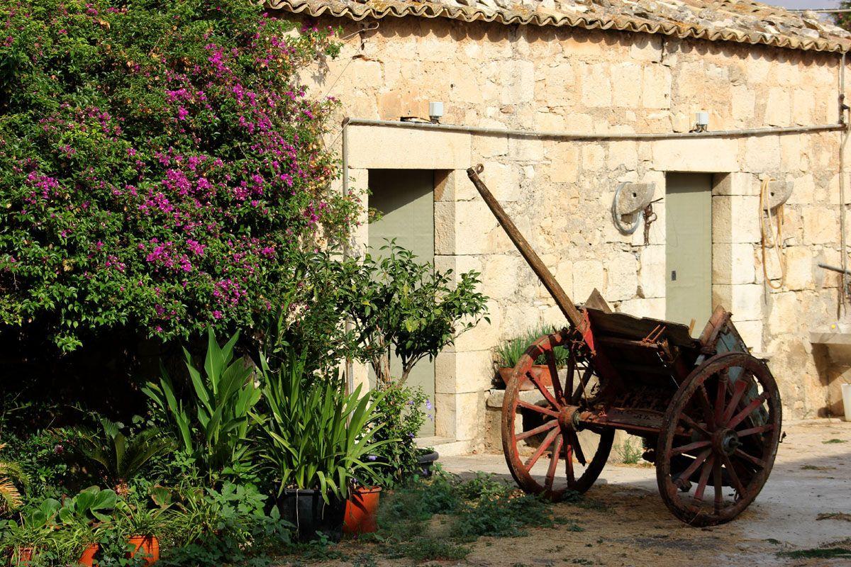 antico carretto siciliano davanti masseria
