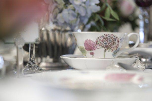 A louça usada não poderia ser mais perfeita para um encontro com um propósito tão delicado e alegre: a Botanica, by Tania Bulhões, com suas flores em tons de rosa, amarelo e azul e a leveza de suas borboletas.