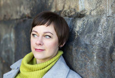 """Kansanedustaja Paula Lehtomäki: """"Muistan hilpeydellä sitä, kuinka korvaamattomana minua pidettiin."""" Kotivinkki 19/2012."""