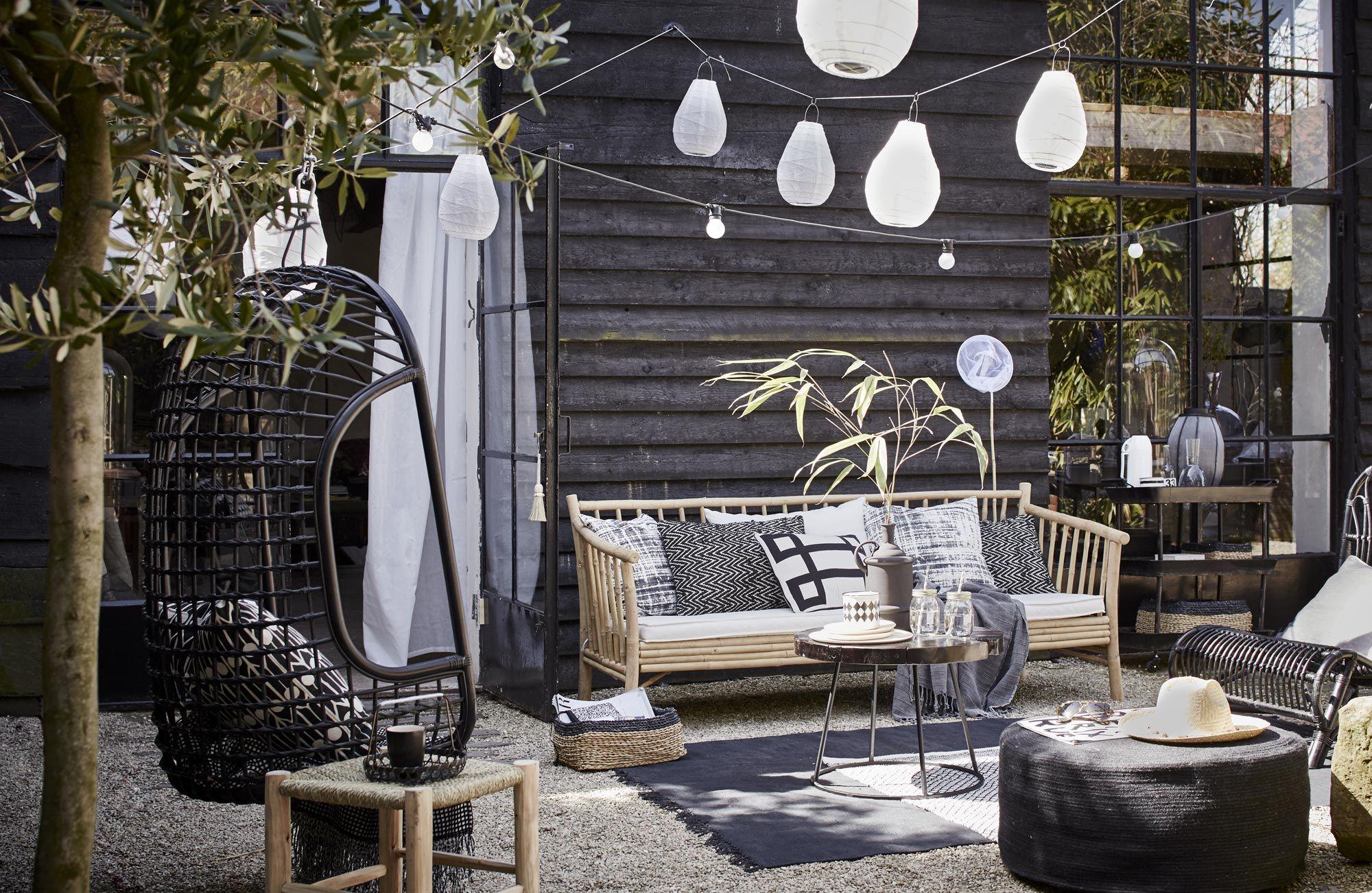 Buitenterras ingericht met meubels en accessoires outdoor living