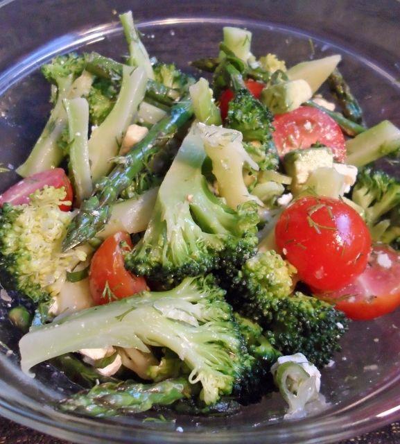 broccolisalade met asperges, avocado en feta