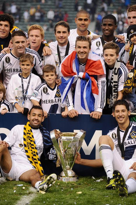 David Beckham Ends His Time At La Galaxy With The Msc Cup And His Boys By His Side Picture 3 La Galaxy Soccer Usa Soccer Soccer Girl