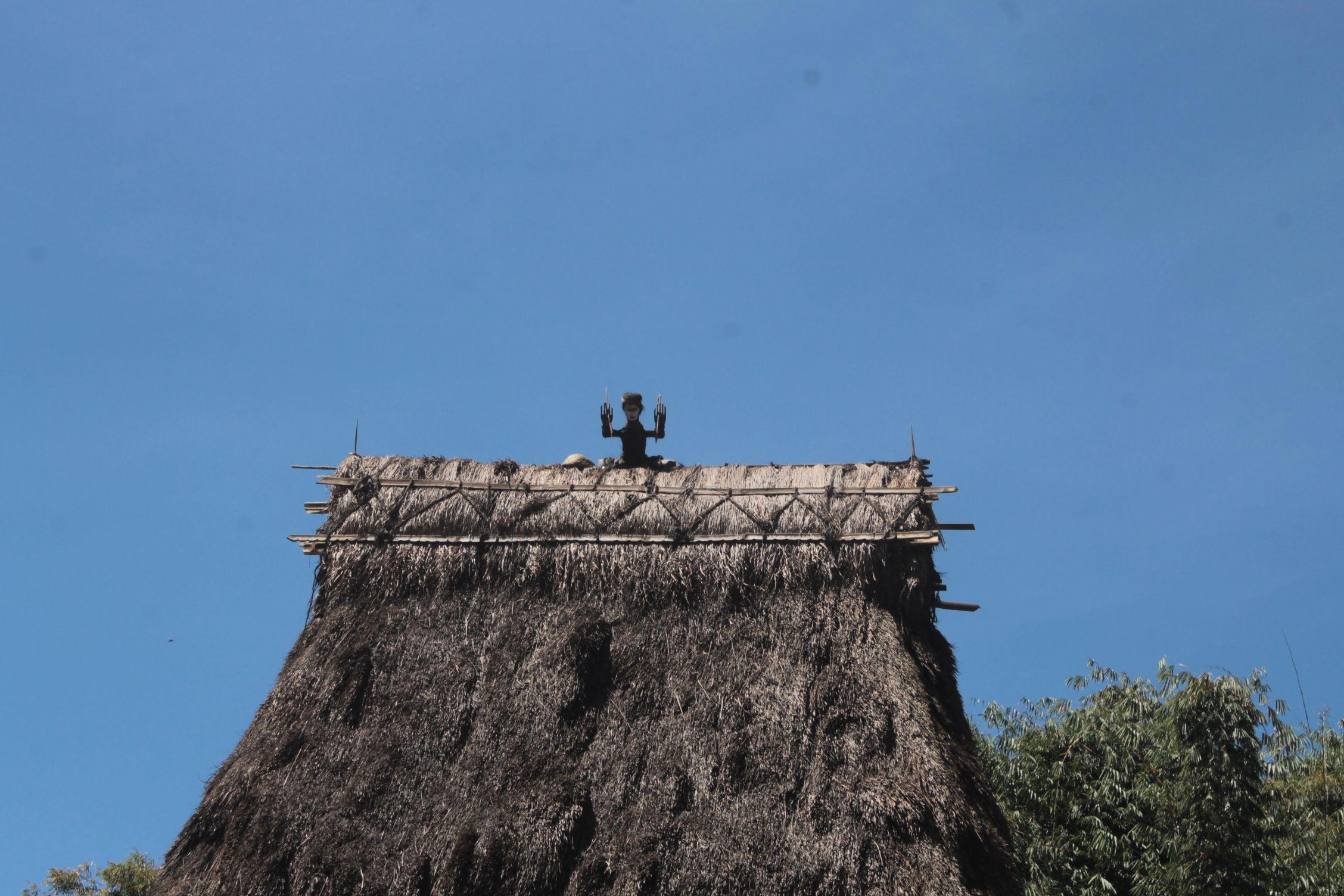 Figuras en lo alto de los tejados