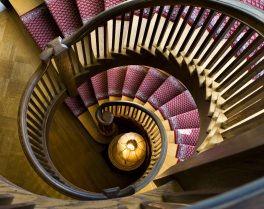 Ao subir ou descer uma escada estamos a promover a circulação do chi e a consequente ligação entre os andares.