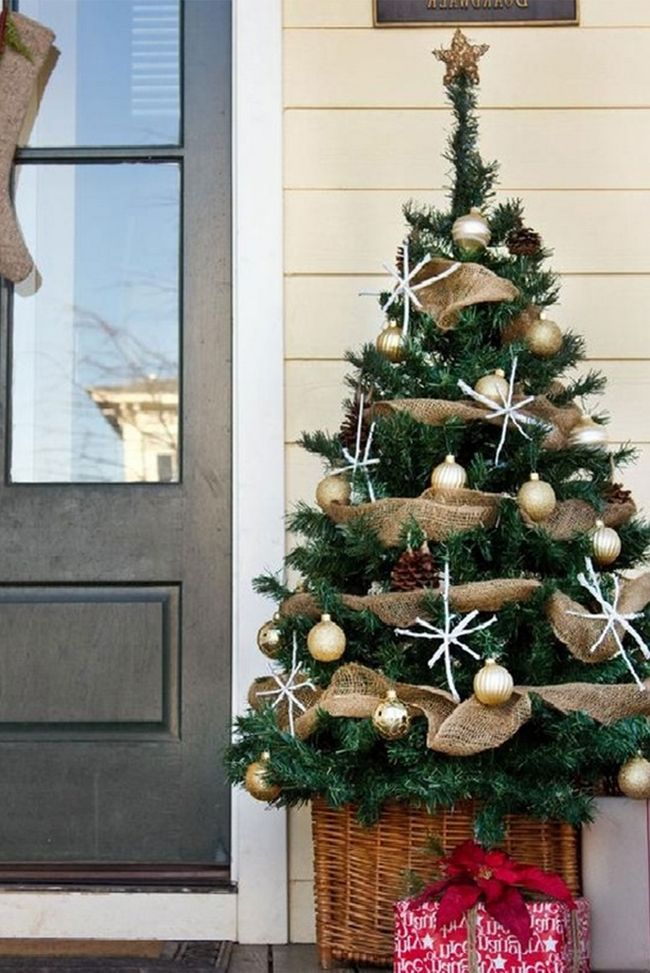 Christmas Tree Decorations Ideas Part - 41: Small Christmas Tree In A Basket On The Porch