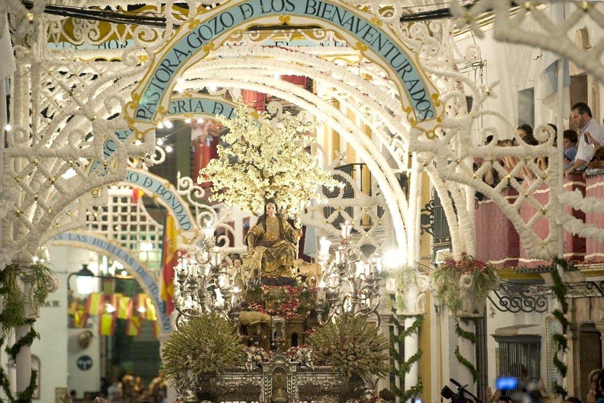 ¿Cómo es la fiesta de Cantillana de la Asunción? Descubre cómo se vive esta festividad en la que pasean a la virgen por las calles del pueblo