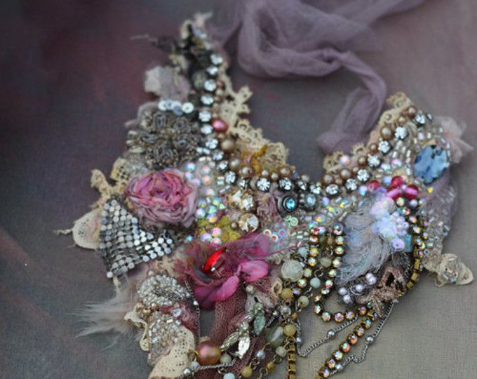 Ispirazione - barocca, tenui tonalità pastello, natura tessile antico... Dichiarazione della Boemia collana con dettagli shabby chic ed alcuni credono scintilla & da favola... Fatta di tessuti e oggetto dantiquariato/annata pizzo. Intuitivamente mano cucite, ricamate e Raso in rilievo, dellannata e seta fioriture, stringa di perle di vetro di 1920, beaded Trim orientali, cristalli rosa ab, dettaglio diamante splendente... La collana ha delicato parziale fodera in seta, si fissa con n...