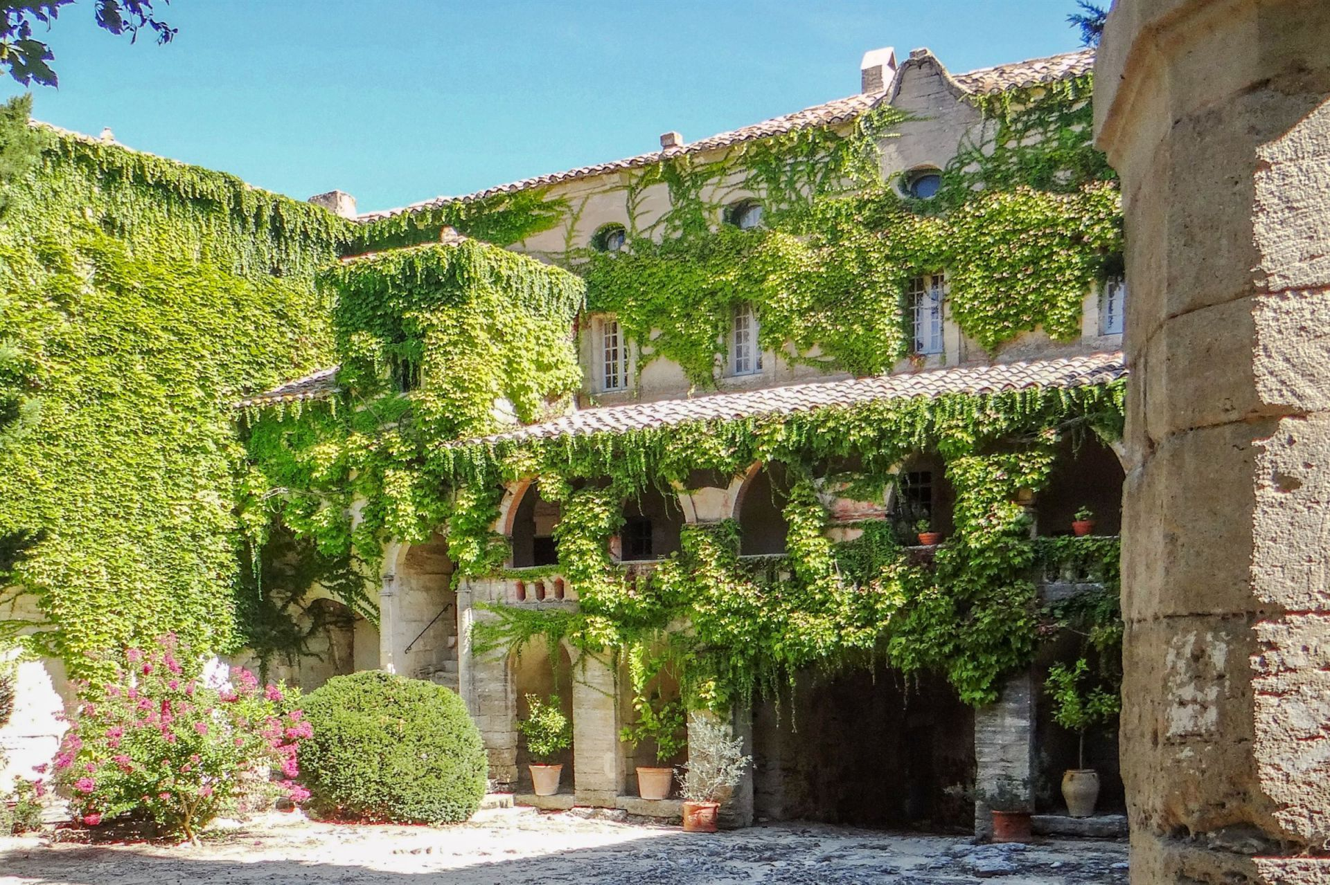Castle 20 rooms for sale on uzes 30700