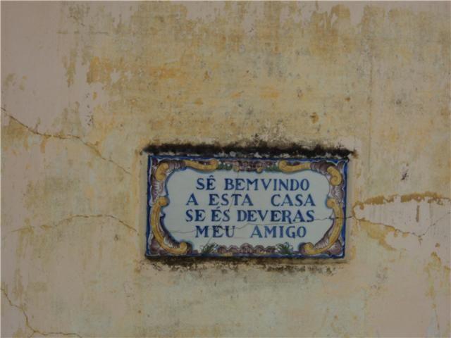 """Pequeno azulejo na parede de uma habitação nos Bons Dias, Ramada, Odivelas """"Sê bemvindo a esta casa se és deveras meu amigo"""""""