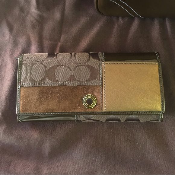 COACH Long Wallet LIke New COACH wallet. No rips, holes, or bad smells. In excellent condition. See pictures for condition. Always kept in gift box when not in use. NO TRADES, HOLDS, or NON PM TRANSACTIONS. Coach Bags Wallets
