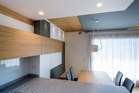 Sala da pranzo elegante e moderna connessa alla cucina. i ...