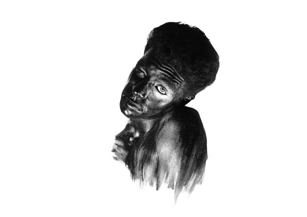 Au romantisme de sa peinture océanique, Fabio Déronzier « oppose » la théâtralité plus tellurique de ses photographies. Les corps nus sont recouverts de terre et semble sortir des entrailles de la terre dont ils semblent déracinés. De tels « primitifs » semblant soumis à une chaleur oppressante d'un enfer. L'éros y frôle le macabre et entretient un certain malaise.