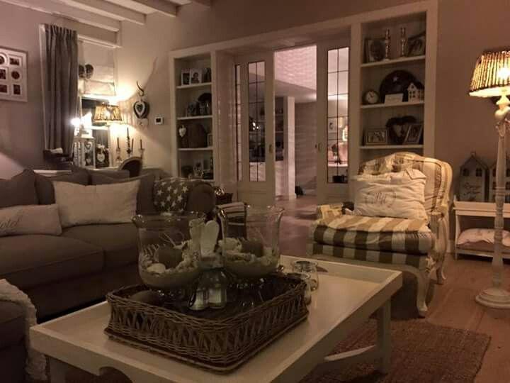 Mooie landelijke inrichting met veel riviera maison en kleur forel van histor op de muren - Lounge warme kleur ...