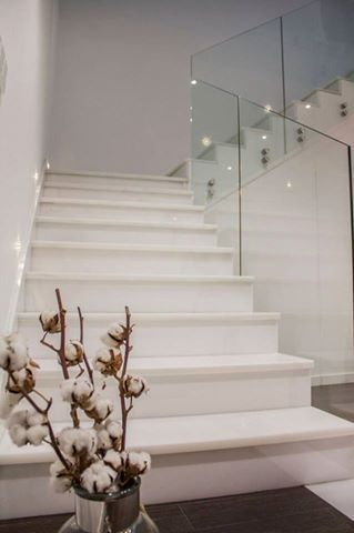 Un dise o elegante y minimalista en marmol blanco for Escaleras de marmol