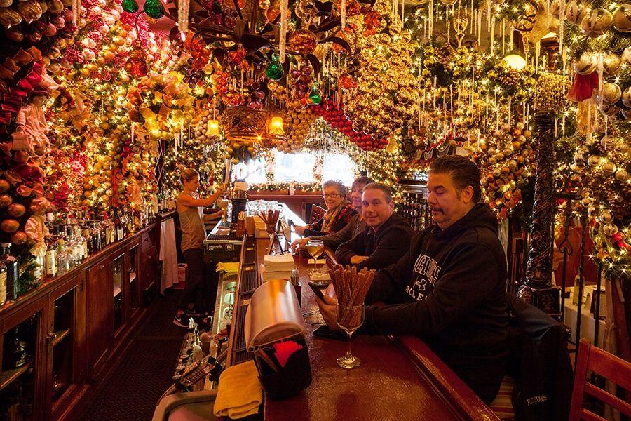German Christmas Restaurant Nyc.Festive Nyc Restaurant Decks Their Halls With 60 000 Worth