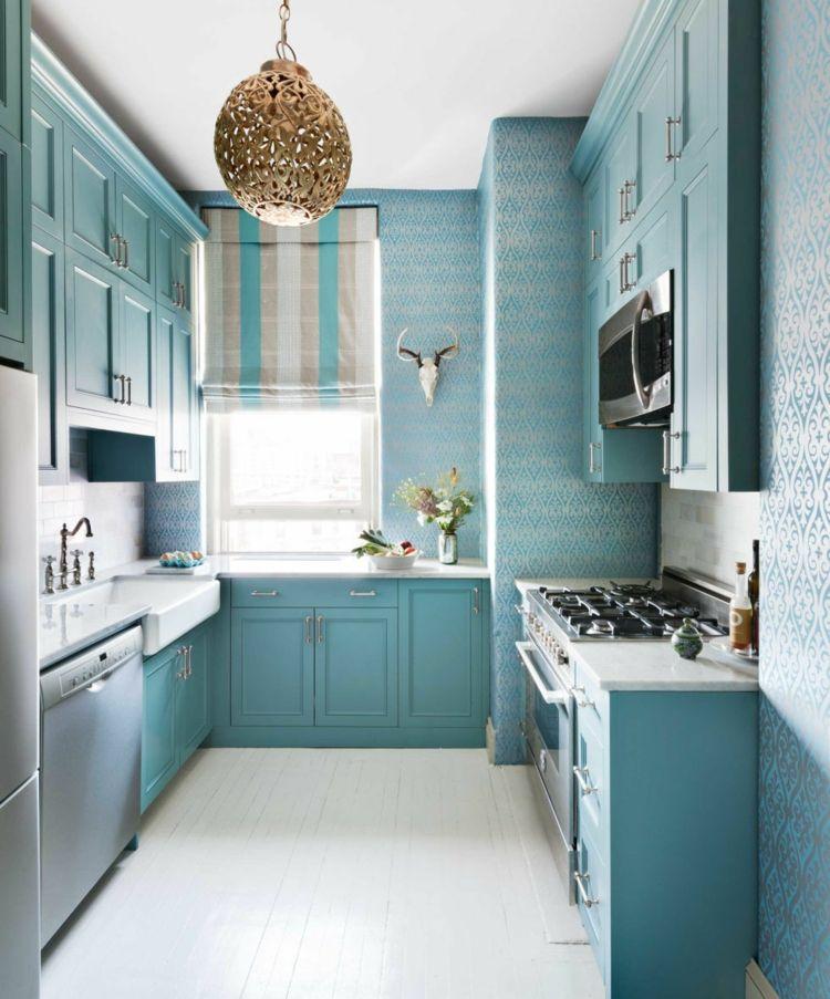 Kleine Küche in Hellblau mit Schränken in einer Wandnische