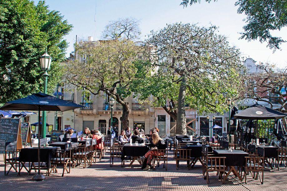 Plaza Dorrego, el corazón del barrio San Telmo, en Buenos Aires, Argentina